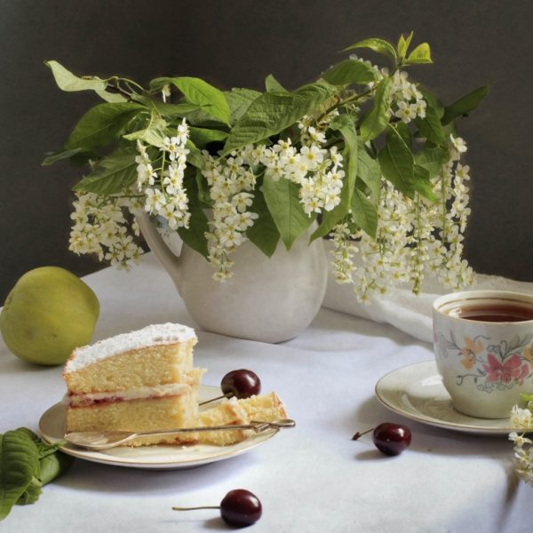 Букет черёмухи, чай и торт
