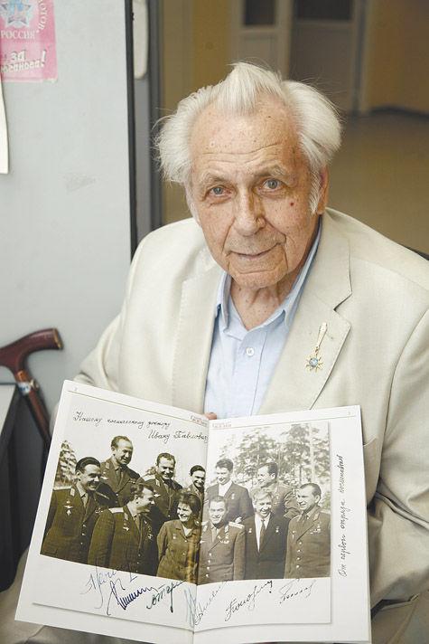 Доктор И.П. Неумывакин и фото первого отряда космонавтов
