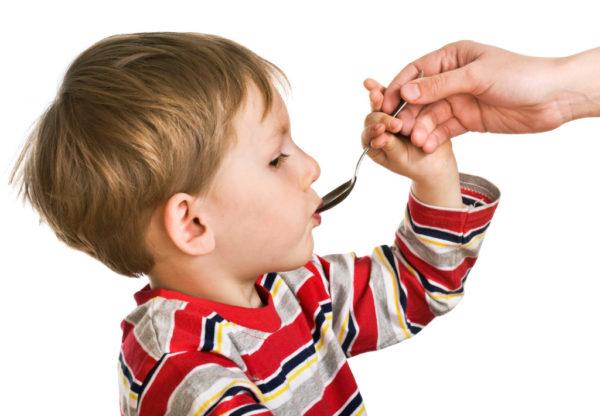 Ребёнок пьёт из ложки