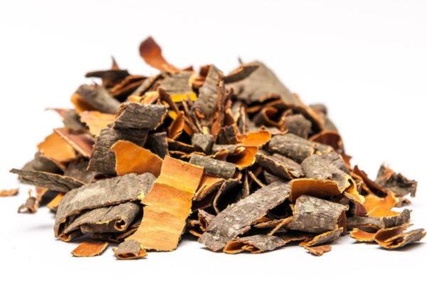 Сушёная кора черёмухи на столе