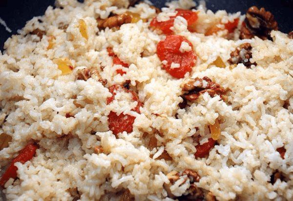 Блюдо из риса с курагой и орехами