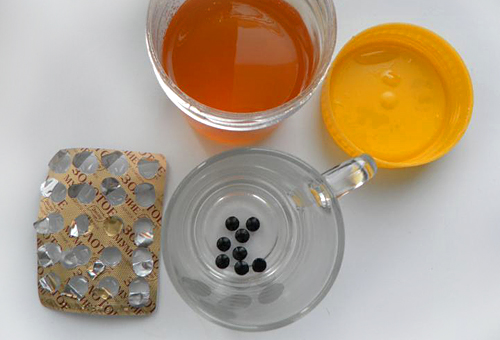 Мёд, таблетки мумиё в чашке