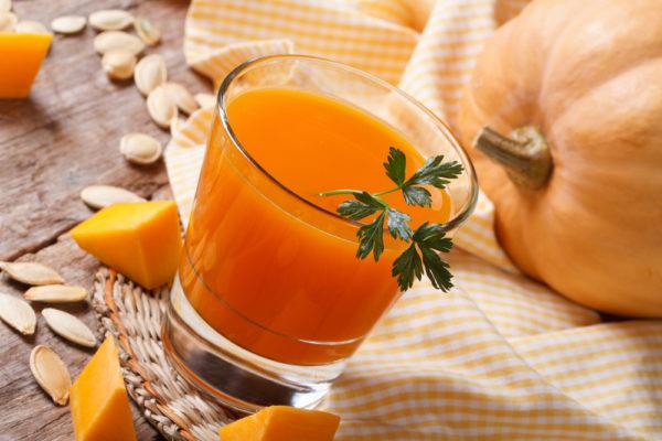 Тыква и её сок в бокале с веточкой петрушки