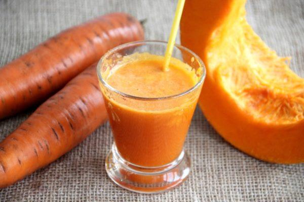 Морковь, тыква и сок в фужере
