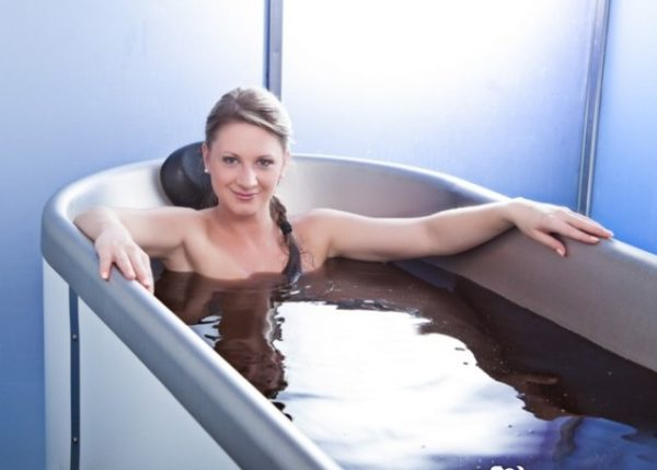 Девушка в ванне с мумиё