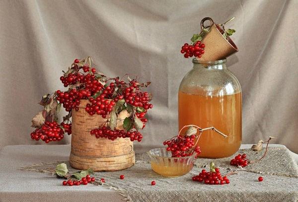 Букет калины и бутыль с мёдом