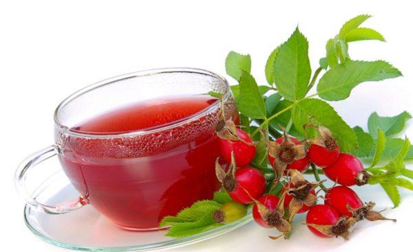 Чашка с напитком и ягоды шиповника