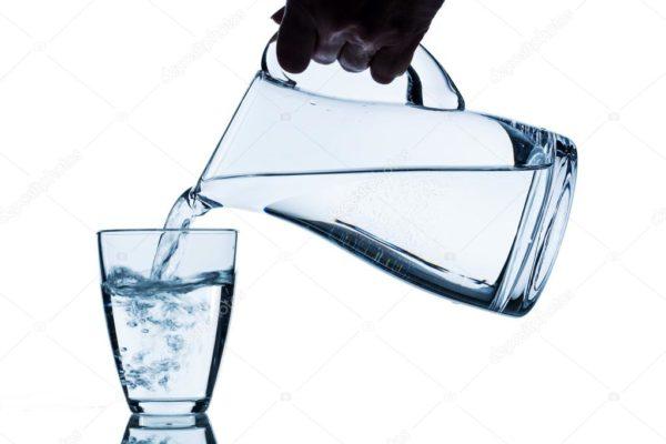 Кувшин и стакан с водой