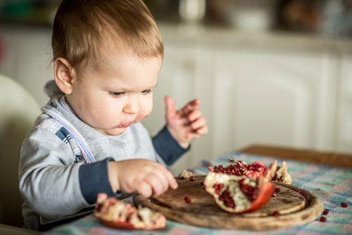 Малыш ест гранат