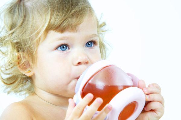 Малыш пьёт чай