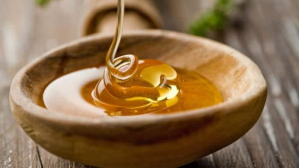 Мёд в деревянной тарелке