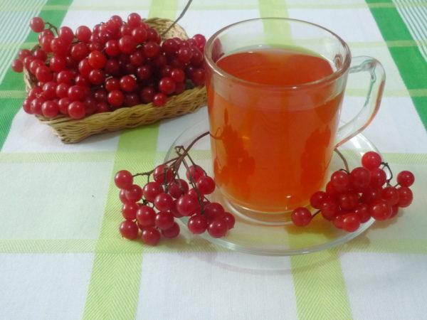 Сок в чашке и ягоды калины