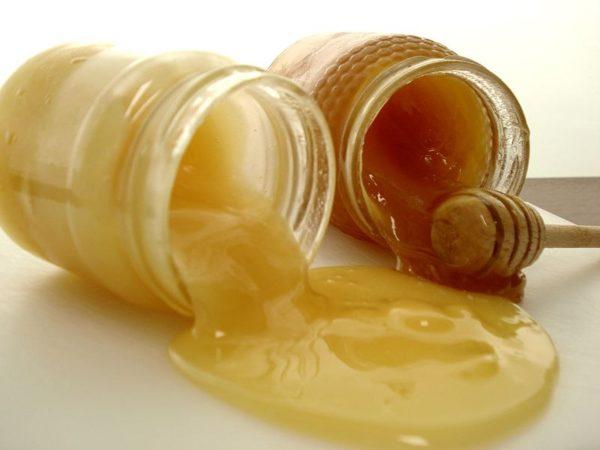 Две банки с мёдом на столе