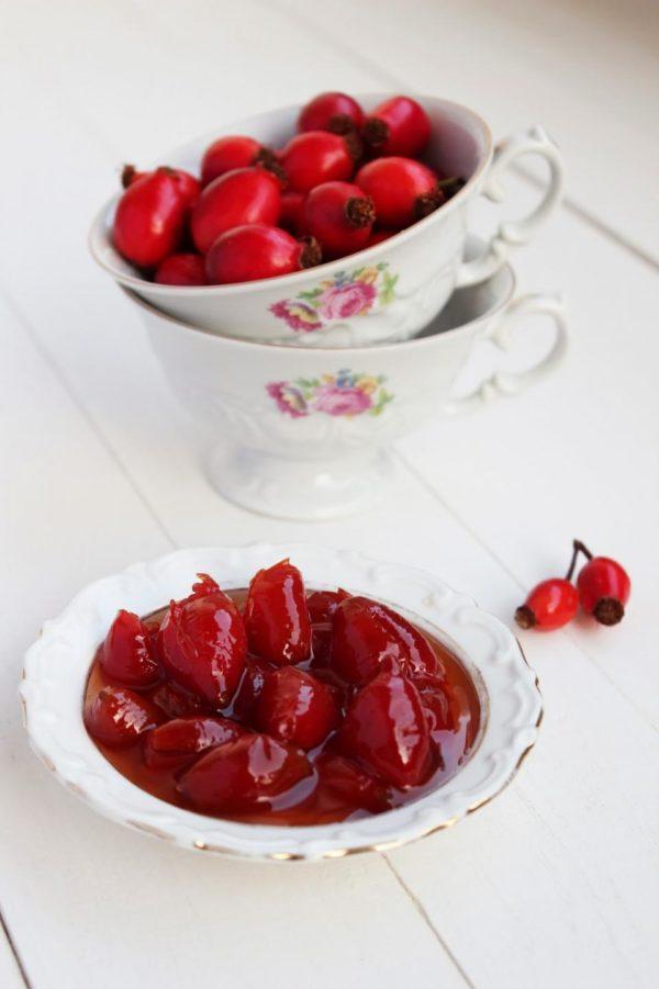 Свежие и варёные ягоды шиповника
