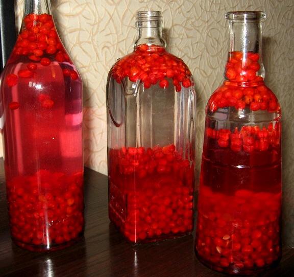 Три бутылки с настойкой калины на водке