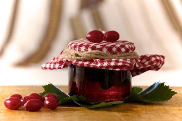 Ягоды и сироп шиповника в баночке