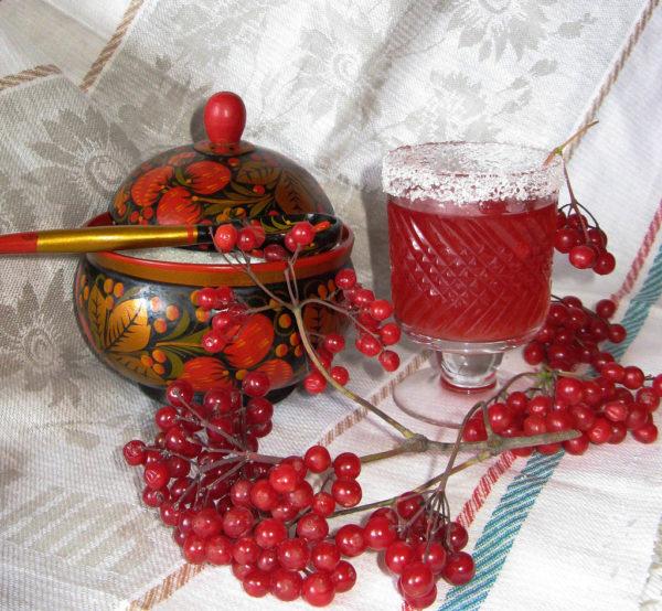 Ягоды калины на столе и калиновый сок