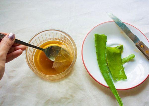 Разрезанные листья алоэ и мёд