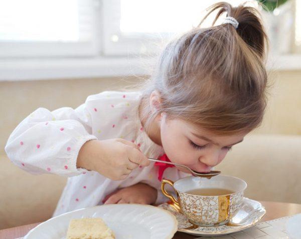 Девочка пьёт чай