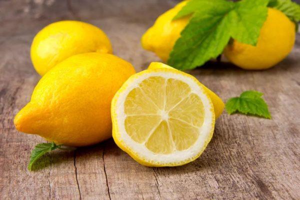Целый и разрезанный лимоны