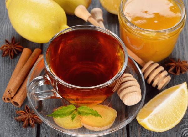 Напиток в стакане, имбирь, мёд, лимон и корица