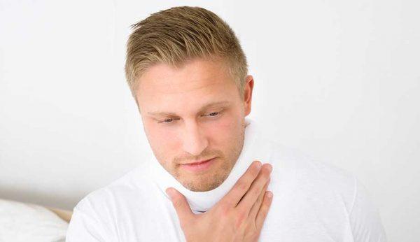 Мужчина с тёплым компрессом на шее