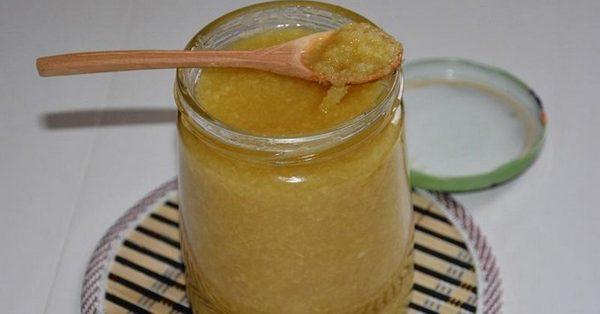 Смесь из имбиря, лимона и мёда в банке и на ложке