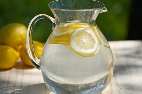 Натуральный лимонад в кувшине