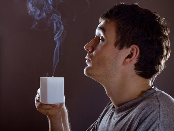 Мужчина с чашкой кофе