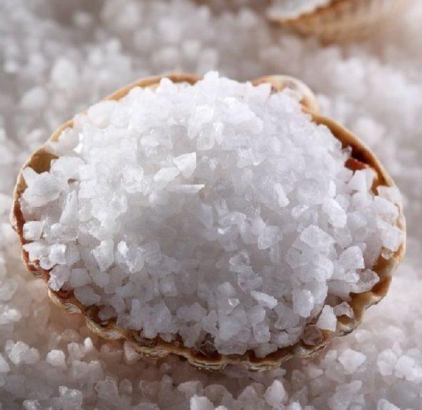 Чаша, полная крупных кристаллов морской соли