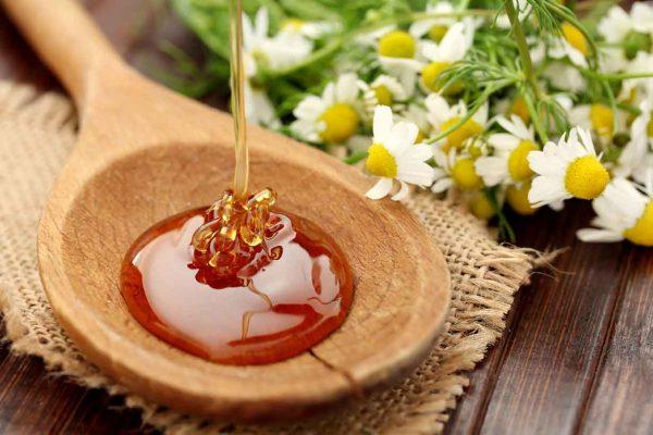 Мёд в деревянной ложке