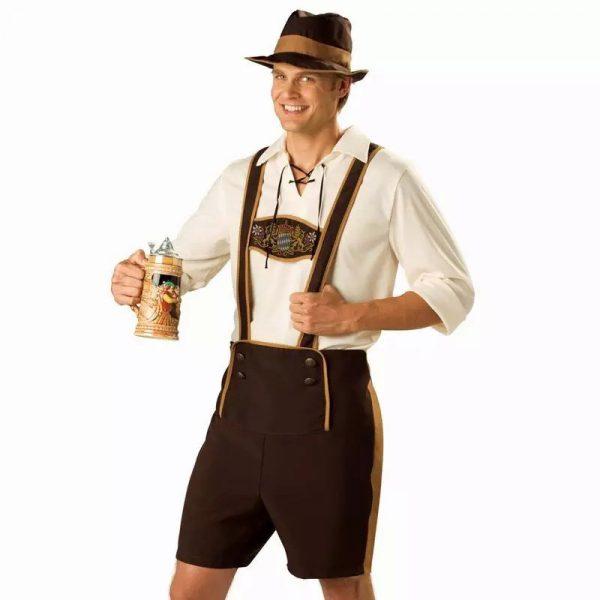 Симпатичный мужчина в нарядных шортах со шлейками с кружкой пива