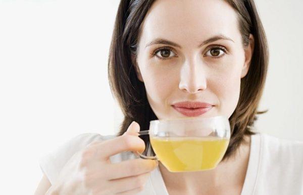 Чашка с раствором мёда у девушки в руке