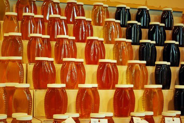 Разные сорта мёда в банках