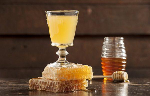 Водка с мёдом в стаканчике