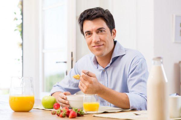 Мужчина употребляет продукты, способные выводить токсины: кашу, соки, фрукты