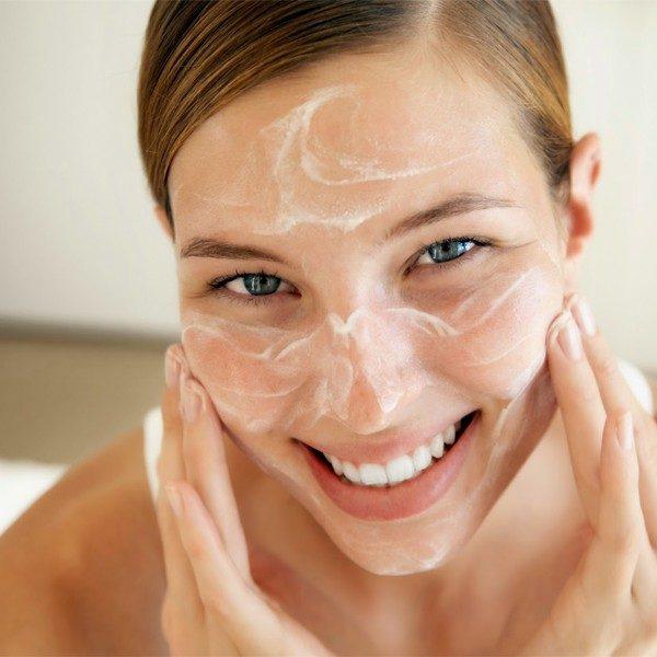 Женщина смазывает кожу лечебным составом