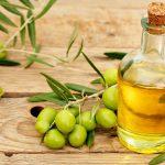 Оливковое масло и оливки на столе
